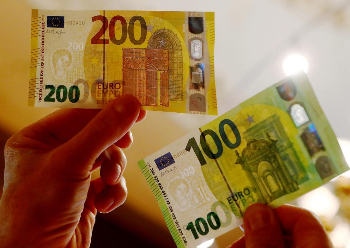 Nové bankovky v hodnotě 100 a 200 eur obsahují nové bezpečnostní prvky.