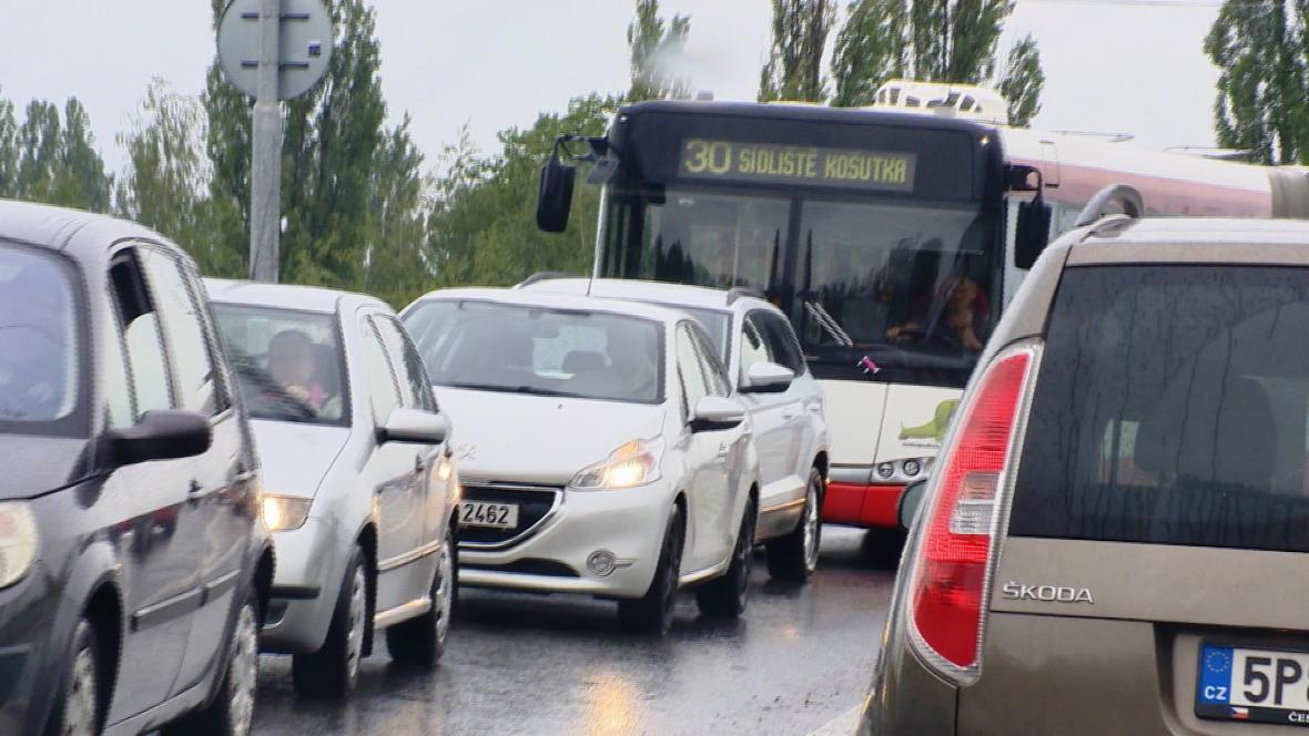 Autobusová linka 30 musí jezdit po dvou objízdných trasách a nabírá zpoždění až 50 minut