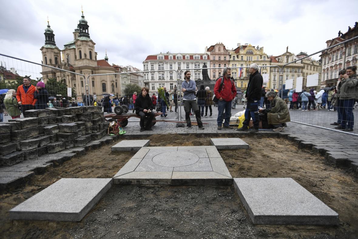 Odkrytí dlažebních kostek v místě Mariánského sloupu
