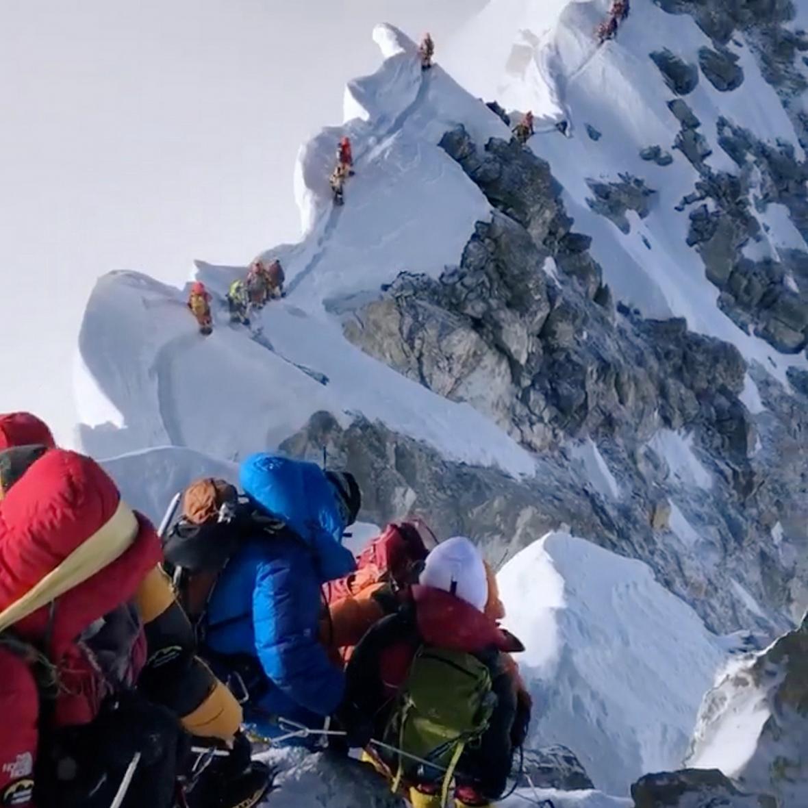 Fronta horolezců k vrcholku Mount Everestu