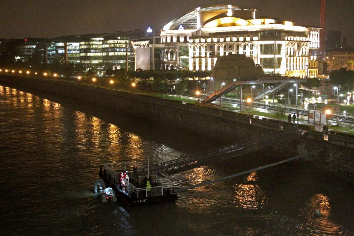 Záchranáři na Dunaji v centru Budapešti pátrají po přeživších