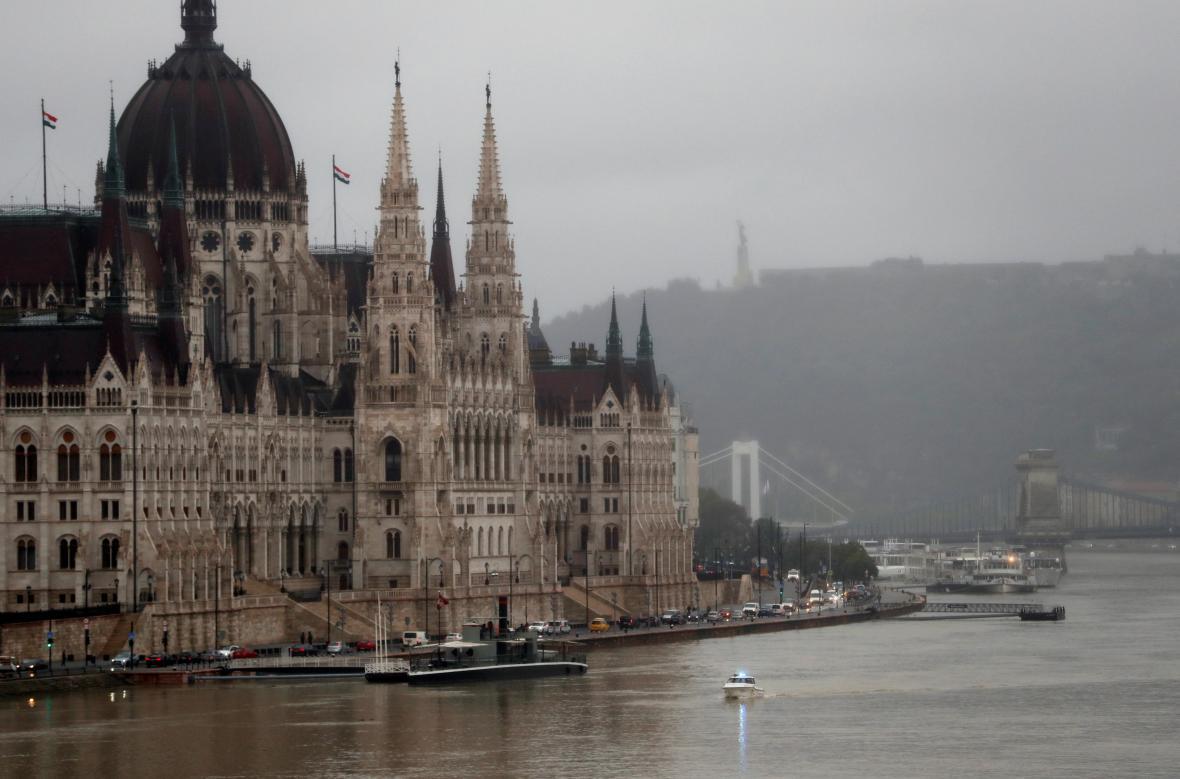 Pátrání po přeživších po potopení lodi na Dunaji v Budapešti