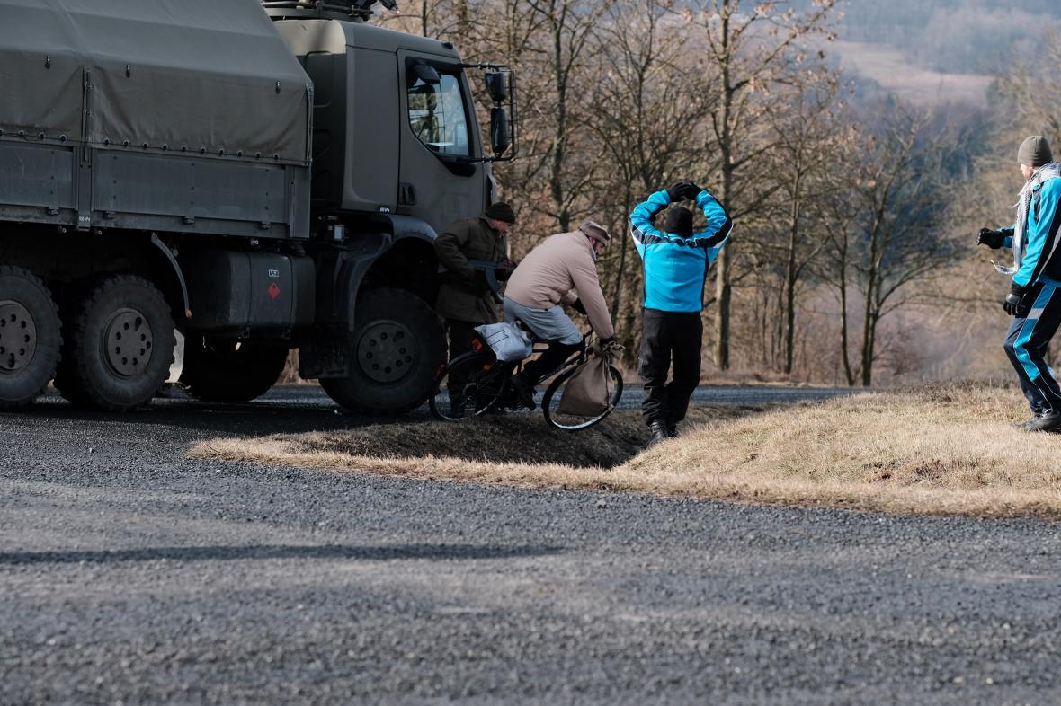Sebevražedný atentátník projel na kole checkpointem a odpálil se u vozidla.