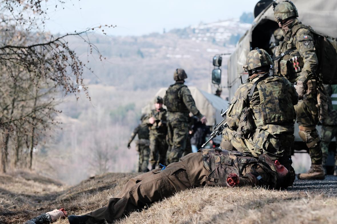 Cvičení působí velmi realisticky – včetně zranění. Jednotka musí na vzniklou situaci reagovat, zajistí prostor a volá vrtulník, který odveze raněné nebo mrtvé.