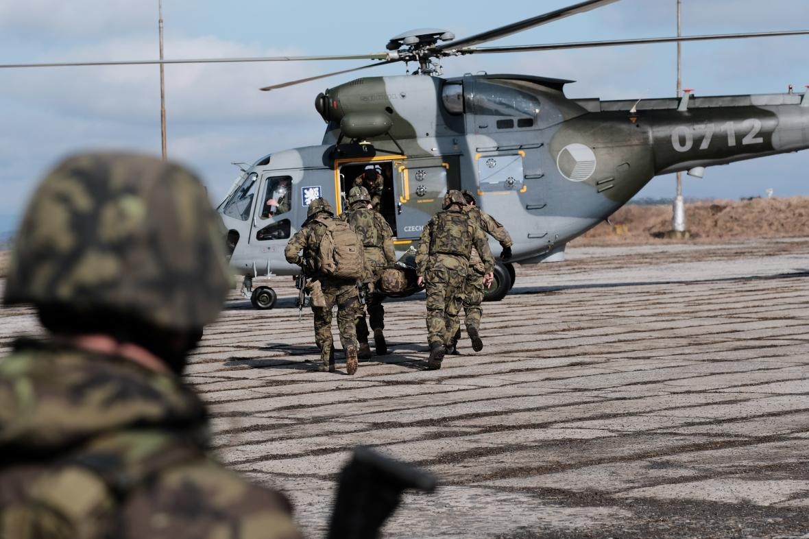 Nakládání raněných do vrtulníku.