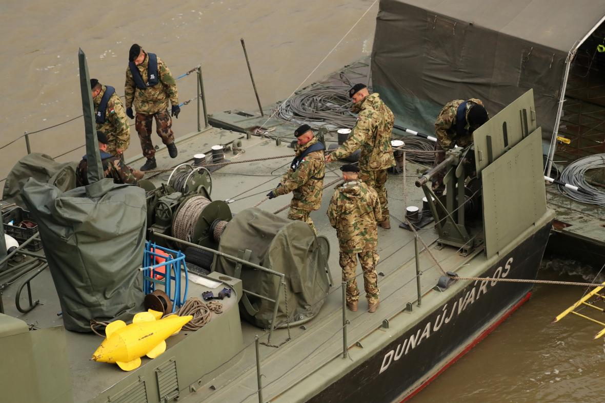 Vojáci na místě lodního neštěstí v Budapešti