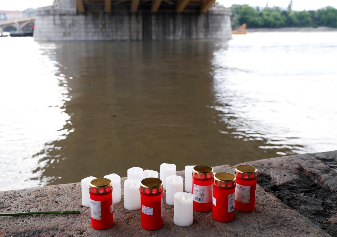 Lidé nosí k místu neštěstí svíčky