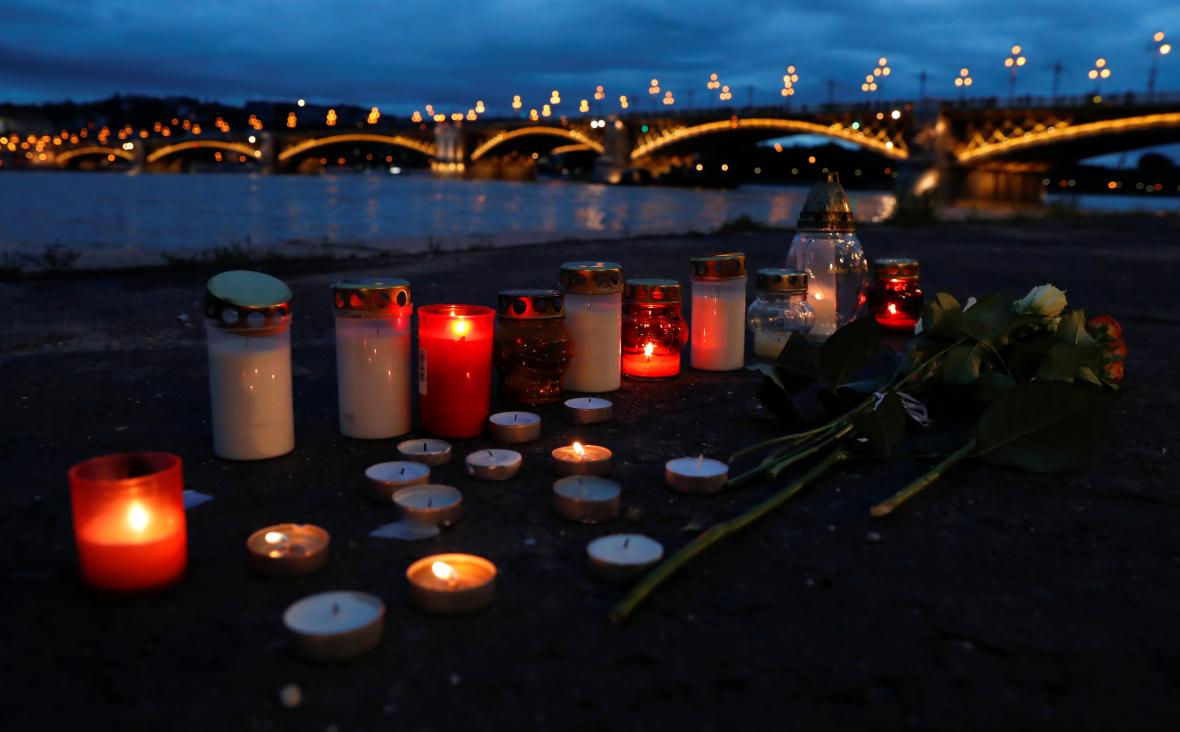 Pietní místo u místa tragédie v Budapešti
