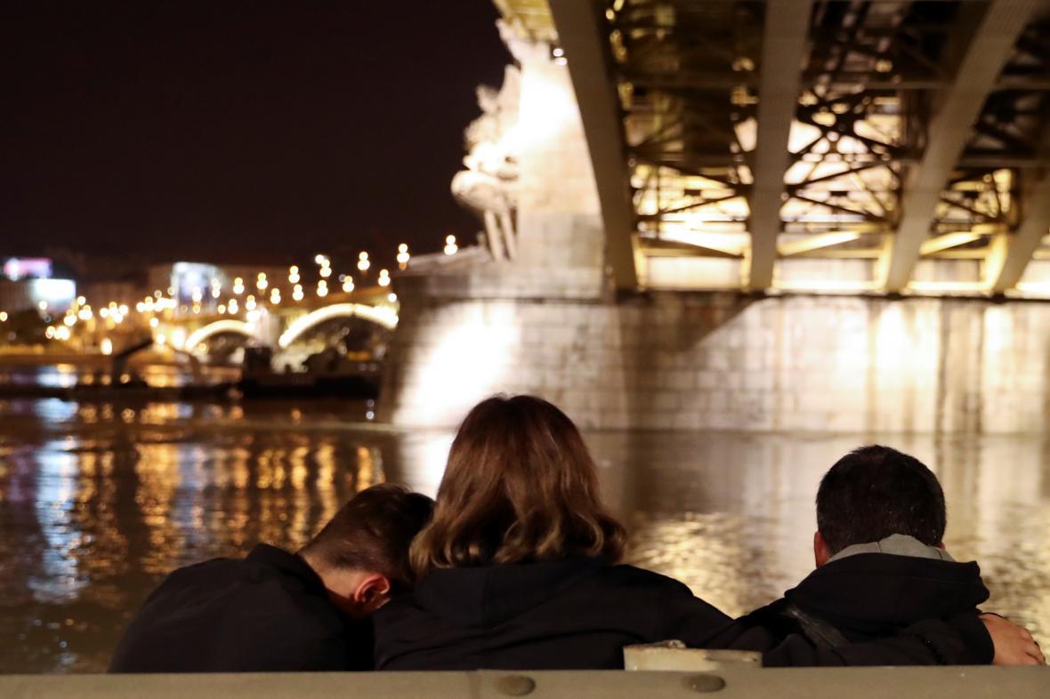 Lidé se scházejí u místa lodního neštěstí na Dunaji