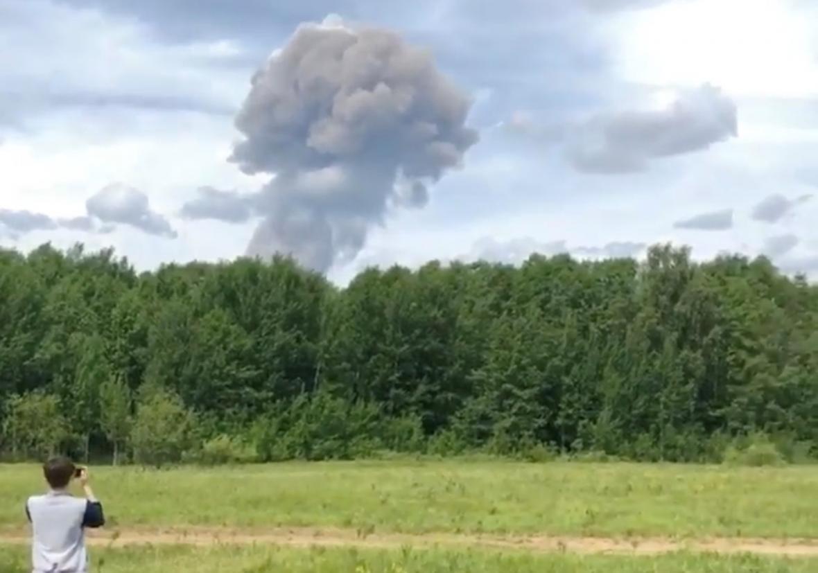 Mrak po výbuchu v ruské továrně na výrobu trhavin ve městě Dzeržinsk