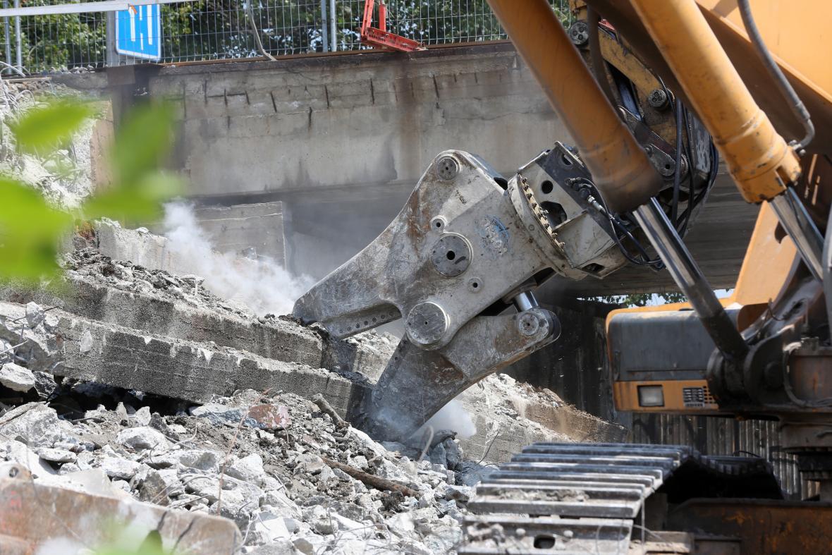 Bourání mostu ve Výškovické ulici v Ostravě