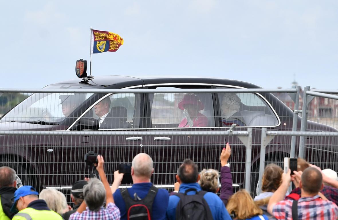 Britská královna Alžběta II. přijíždí na ceremonii v Portsmouthu