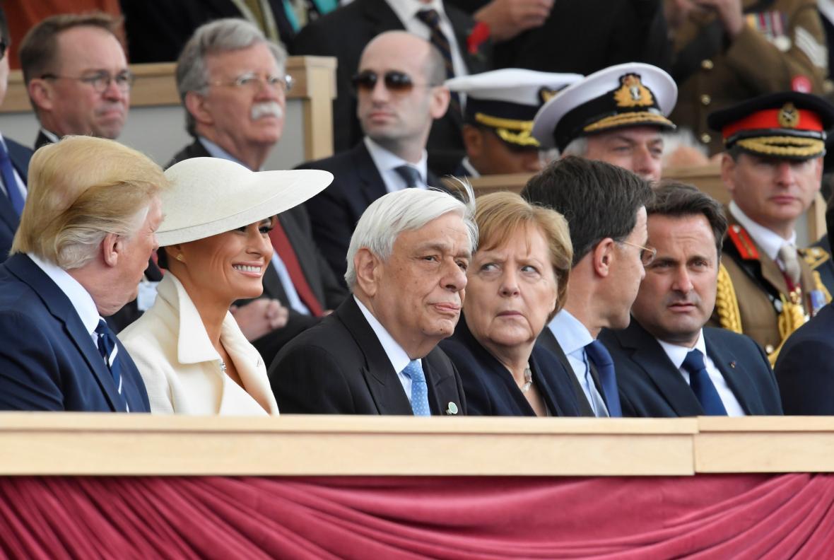 Donald Trump s manželkou Melanií, vpravo německá kancléřka Angela Merkelová