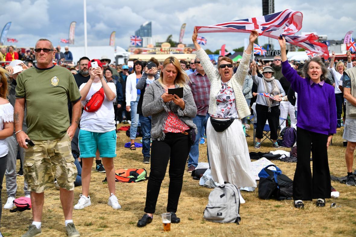 Řada lidí přijela na jih Anglie vybavená vlajkami