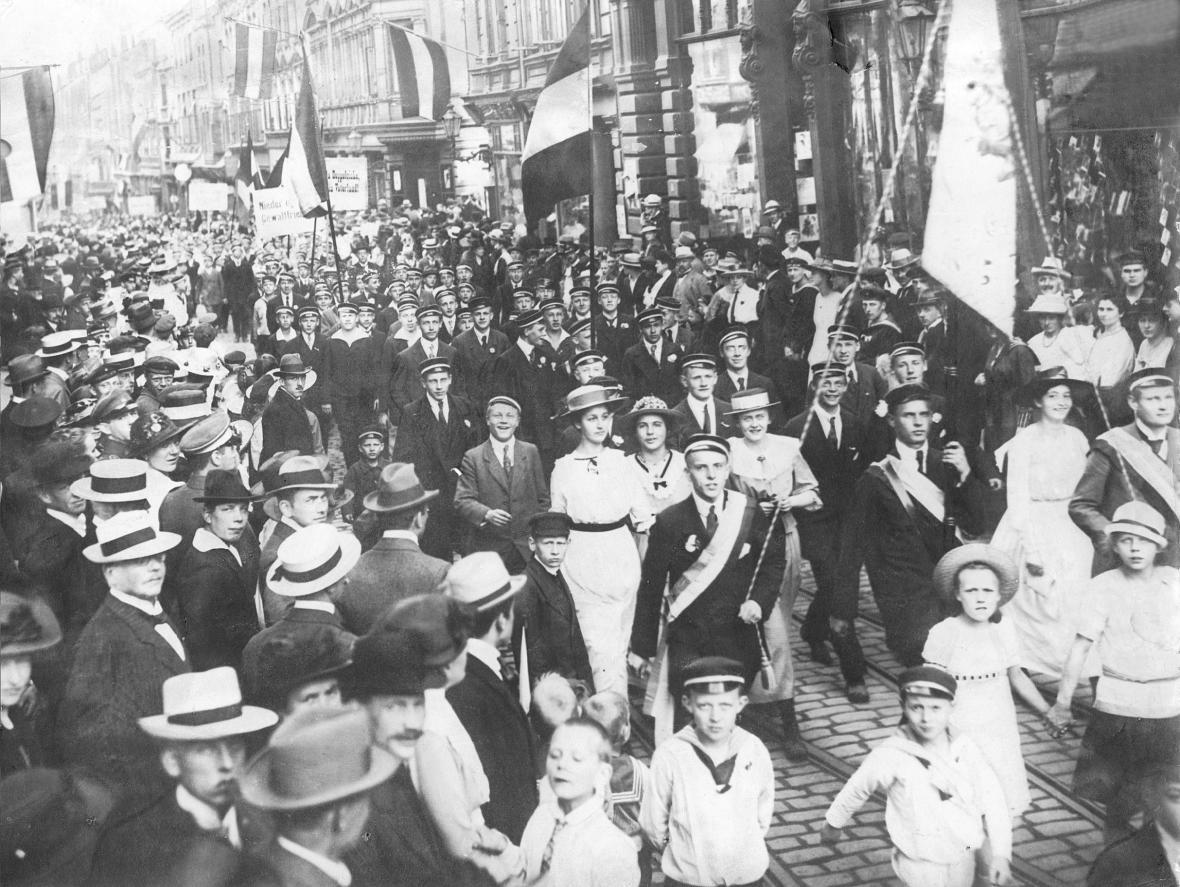 Protest proti versailleské smlouvy v německém Kielu na začátku června 1919