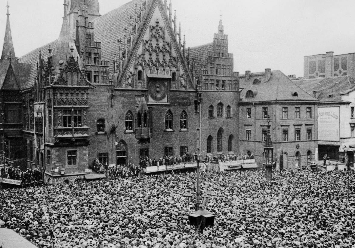 Demonstrace proti versaillské smlouvě ve Vratislavi (tehdy součástí německého území)