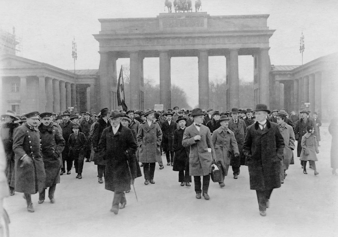 Protest proti versailleské smlouvě v Berlíně v dubnu 1919