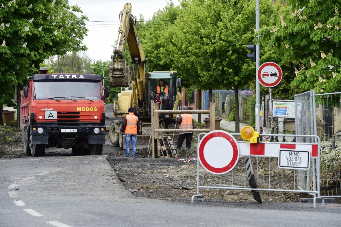 Erenburgova ulice v Olomouci, kterou kamiony projíždí na cestě k železárnám. V těchto dnech se opravuje