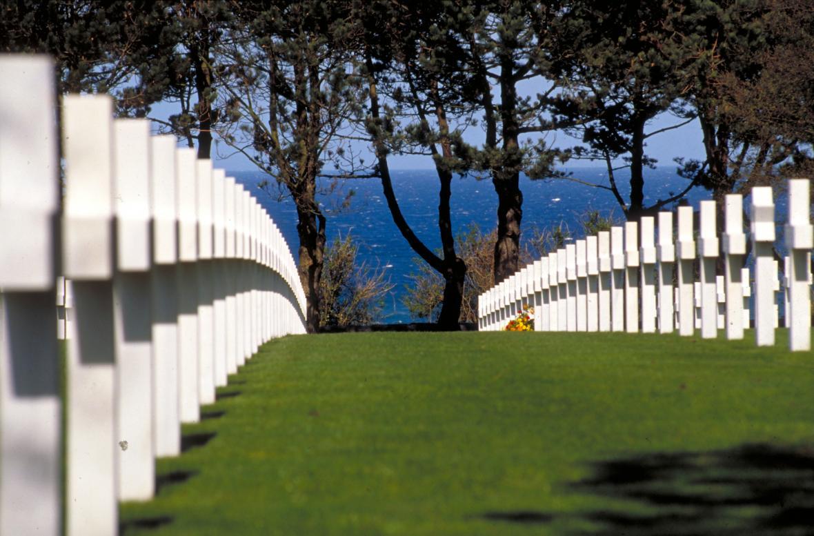 Hřbitov leží přímo nad pláží Omaha