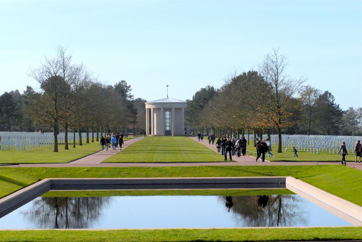 Pohled od hlavního památníku na hřbitov a kapli