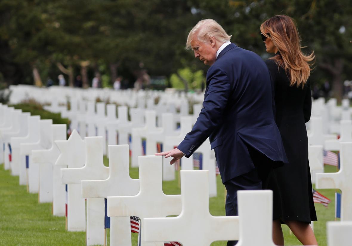 Americký prezidentský pár na vojenském hřbitově v Colleville-sur-Mer