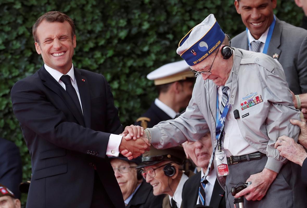 Emmanuel Macron vítá na ceremonii americké veterány