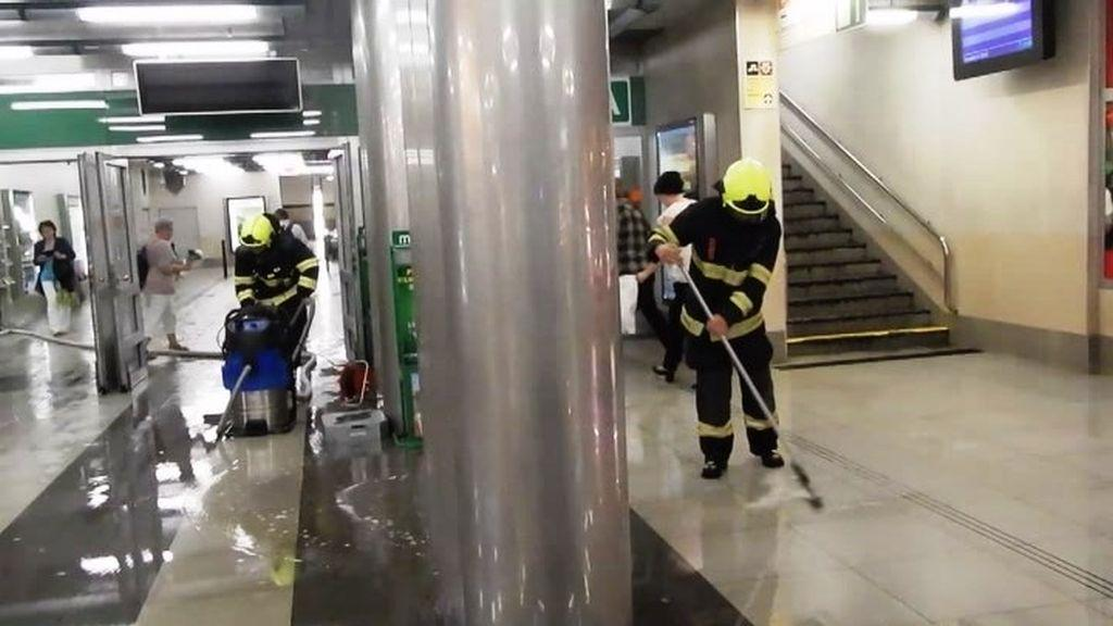 Hasiči odstraňují vodu z vestibulu stanice metra Bořislavka