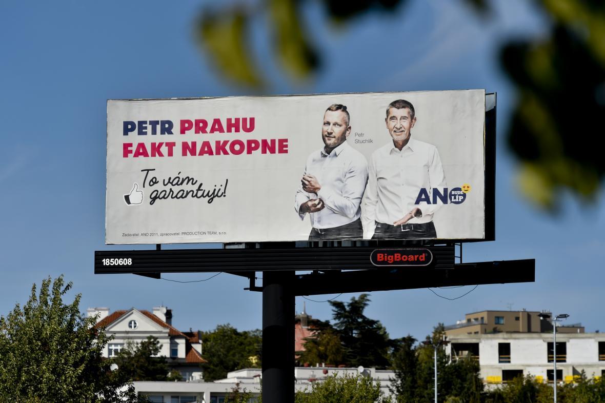 Předvolební billboard ANO s předsedou Andrejem Babišem a kandidátem na primátora Petrem Stuchlíkem