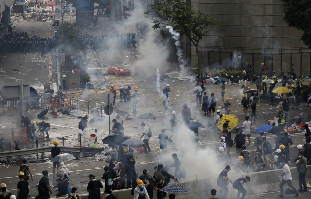 Policie v Hongkongu se snaží rozehnat demonstranty