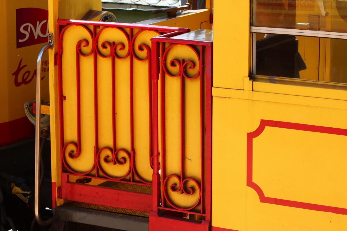 Kanárkový vlak na úpatí Pyrenejí