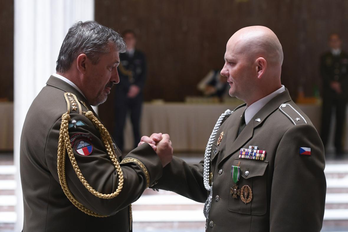 Končící vrchní praporčík Petr Seifert (vpravo) s náčelníkem generálního štábu Alešem Opatou.