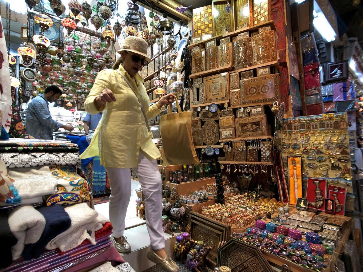 Evropská turistka na nákupech v hlavním městě Ománu, Maskatu
