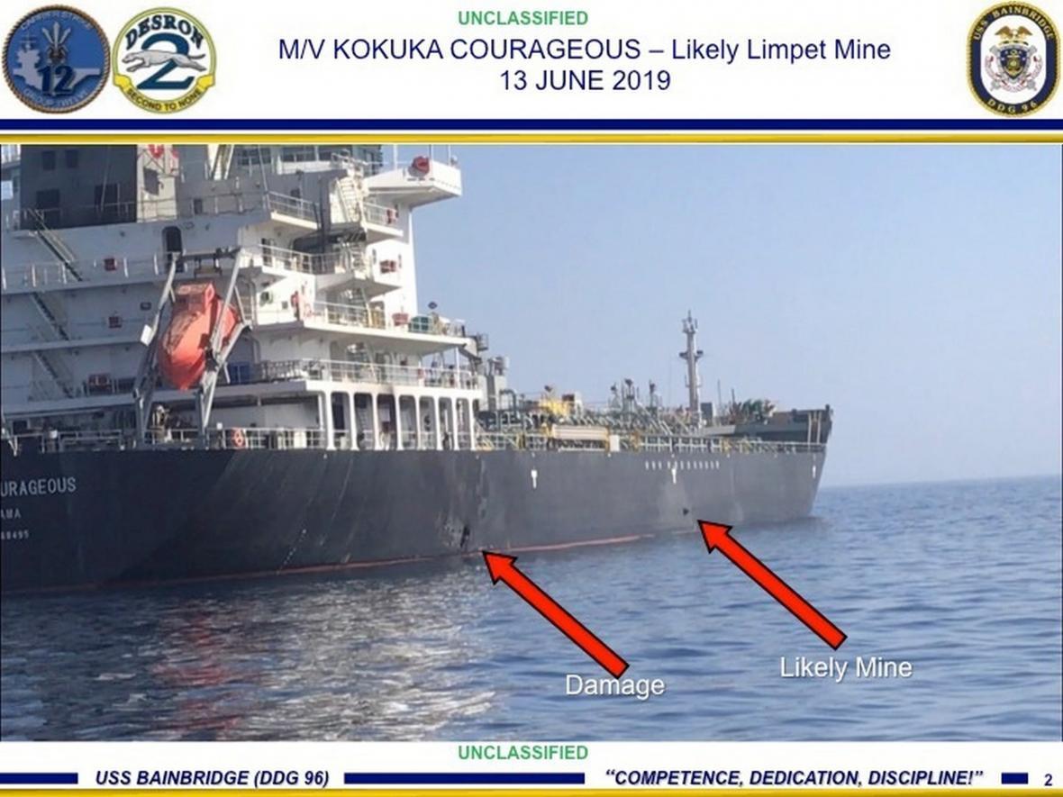 Snímek zveřejněný USA, na kterém je vyznačené poškození tankeru a objekt, kterým má být připevněná mina
