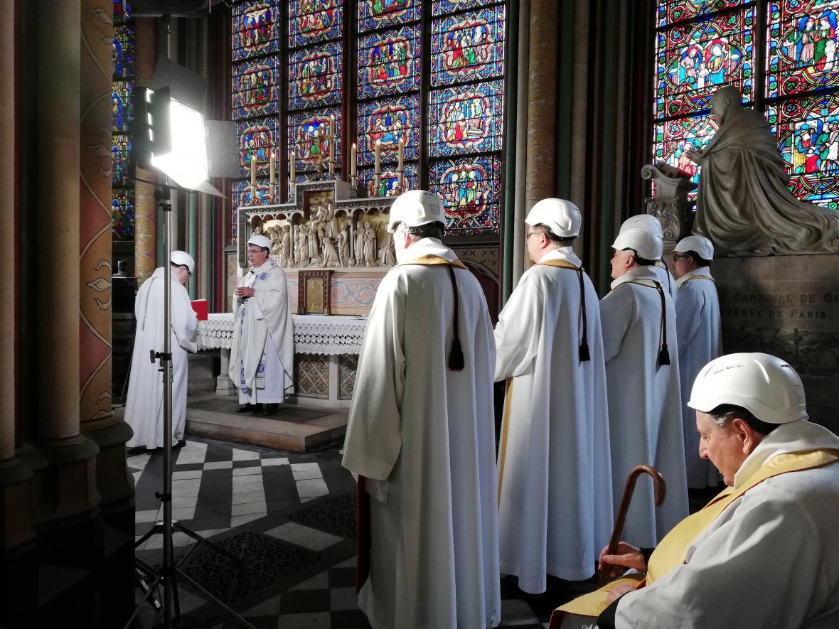 První mše v Notre-Dame po požáru