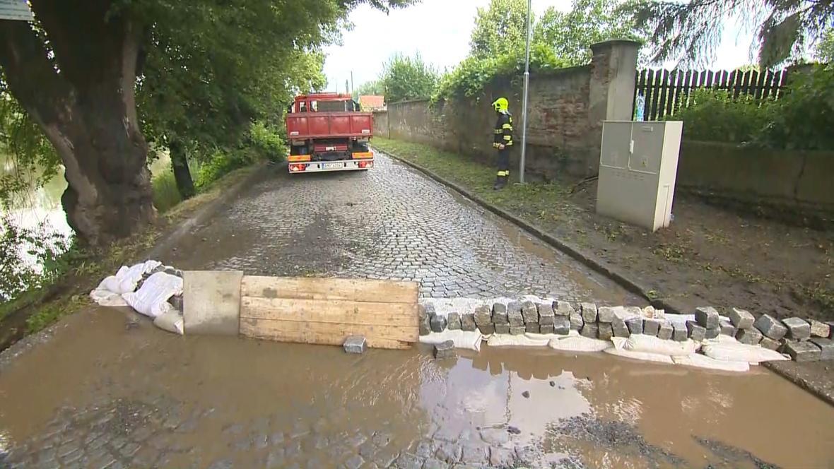 V Kojetíně prudký déšť vyplavil dláždění jedné z ulic