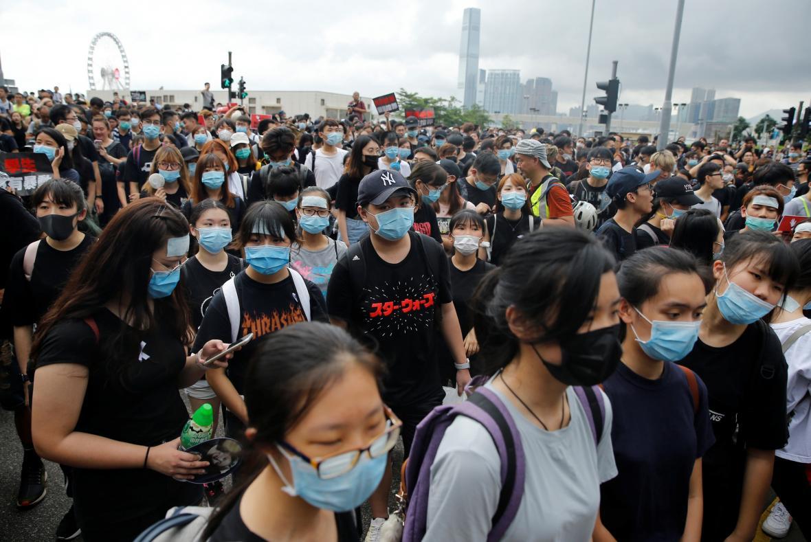 Demonstrace za odstoupení správkyně Hongkongu pokračují