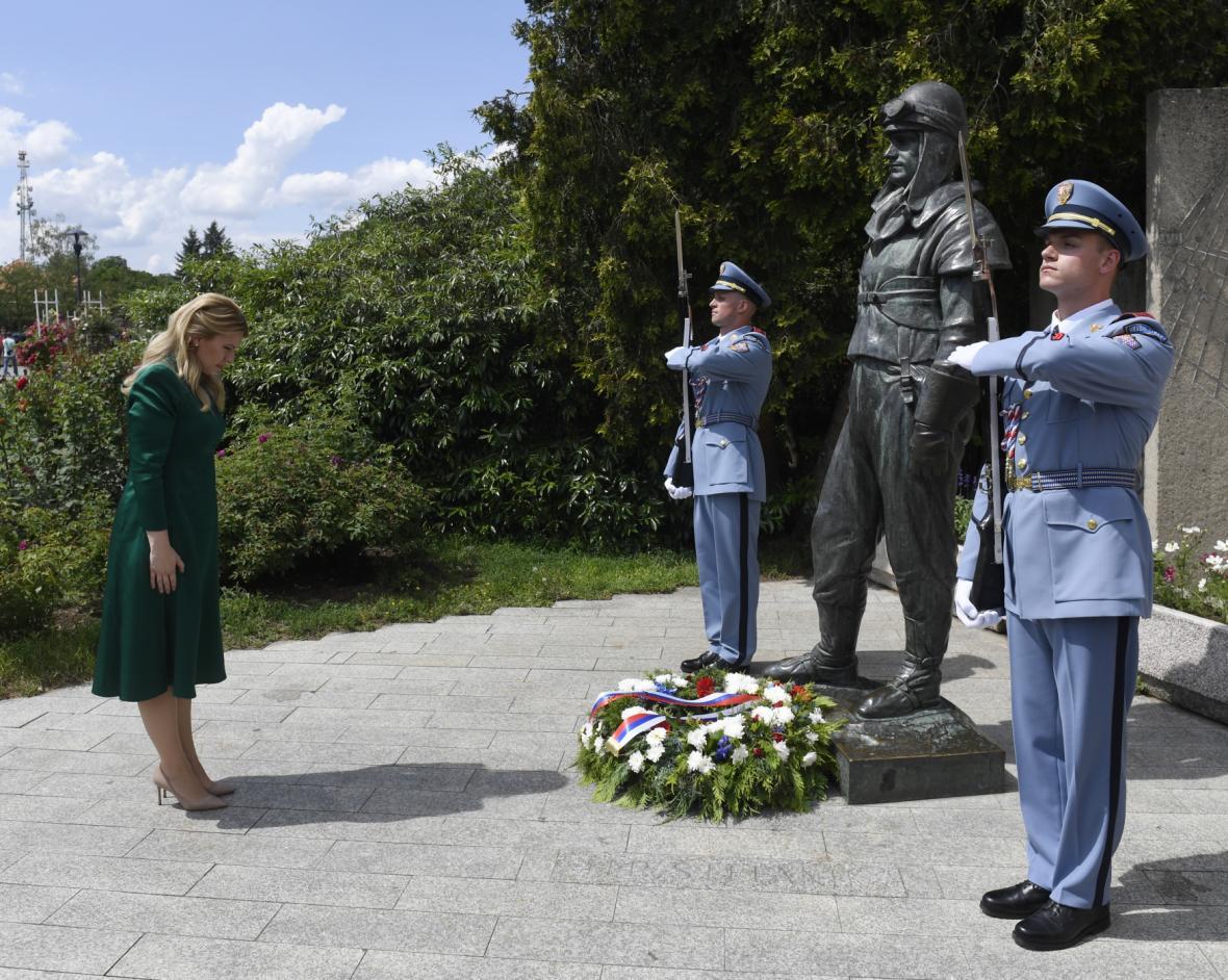 Zuzana Čaputová u sochy jednoho ze zakladatelů Československa Milana Rastislava Štefánika