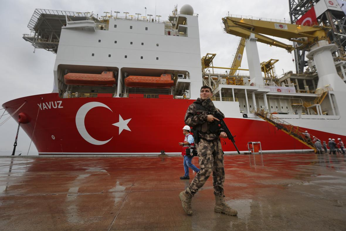 Hlídka u průzkumné lodě čekající na vyplutí z istanbulského přístavu