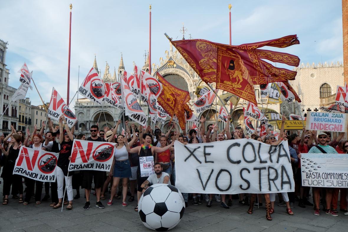 Benátčané demonstrují proti výletním lodím