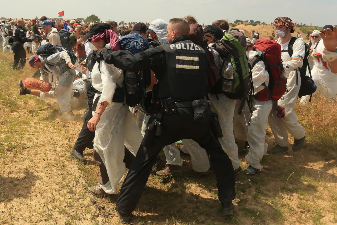 Demonstranti pronikli policejním kordonem