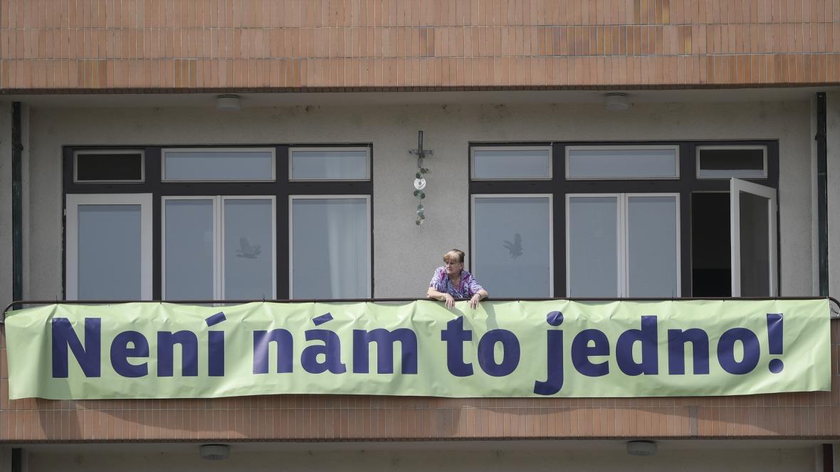 Plakát vyvěšený na balkoně jednoho z domů na Letné