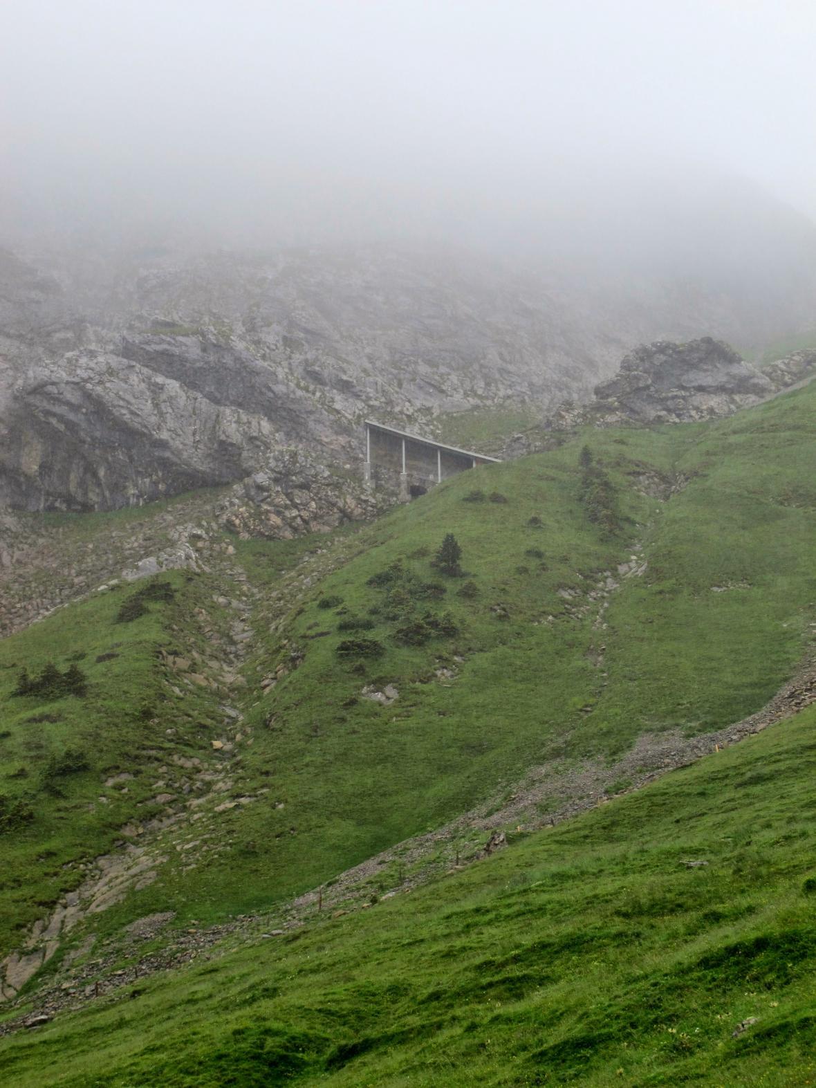 Strmá ozubnicová trať na svahu hory Pilatus
