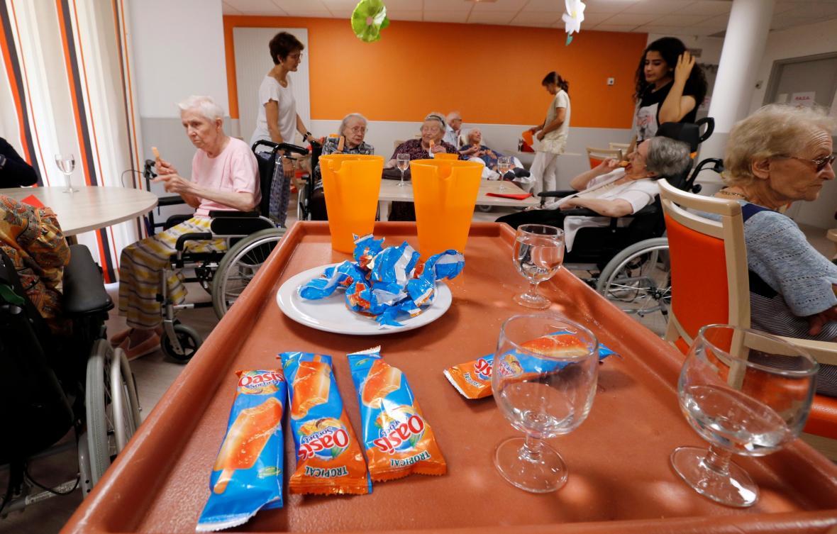 Francie rozdává seniorům kvůli horkému počasí vodu a nanuky