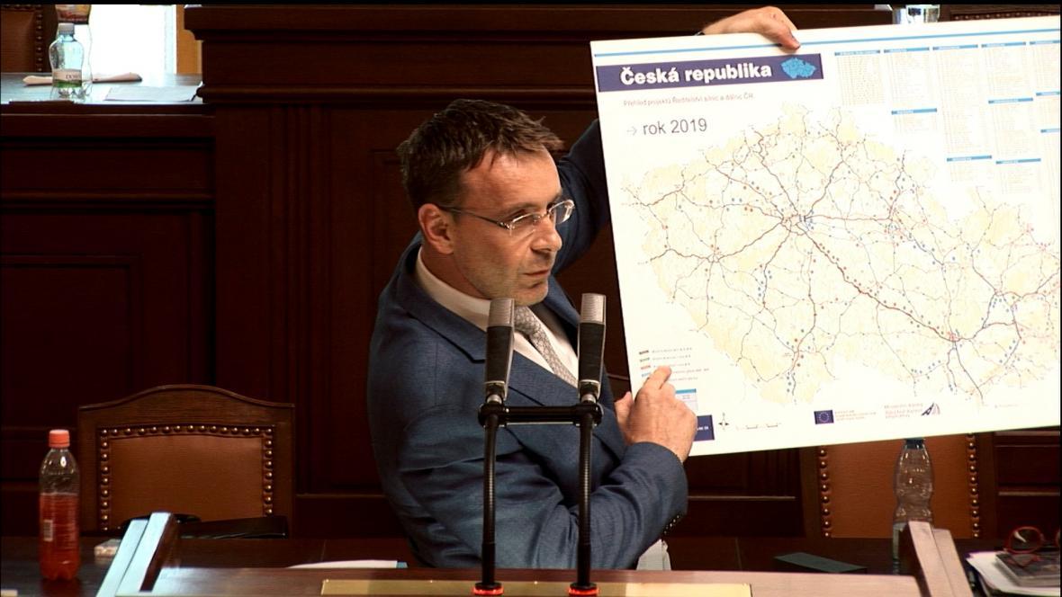 Vladimír Kremlík ukazuje mapu s úspěchy ministerstva dopravy
