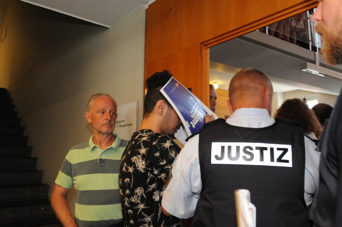 U soudu ve Freiburgu stanulo jedenáct mužů obžalovaných z hromadného znásilnění