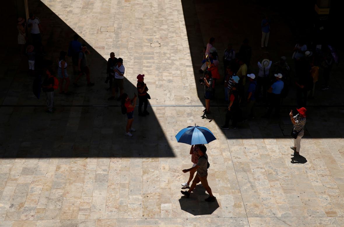 Lidé se schovávají před vlnou veder v Maltě