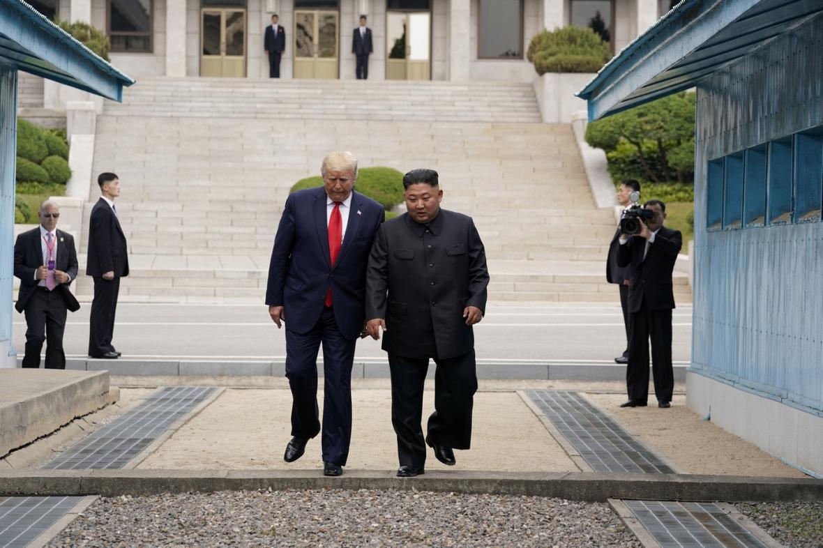 Prezident USA Donald Trump se setkal se severokorejským vůdcem Kim Čong-unem.