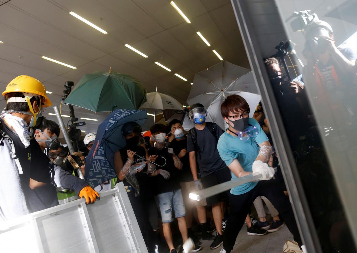 Hongkongští demonstranti pronikli do místního parlamentu