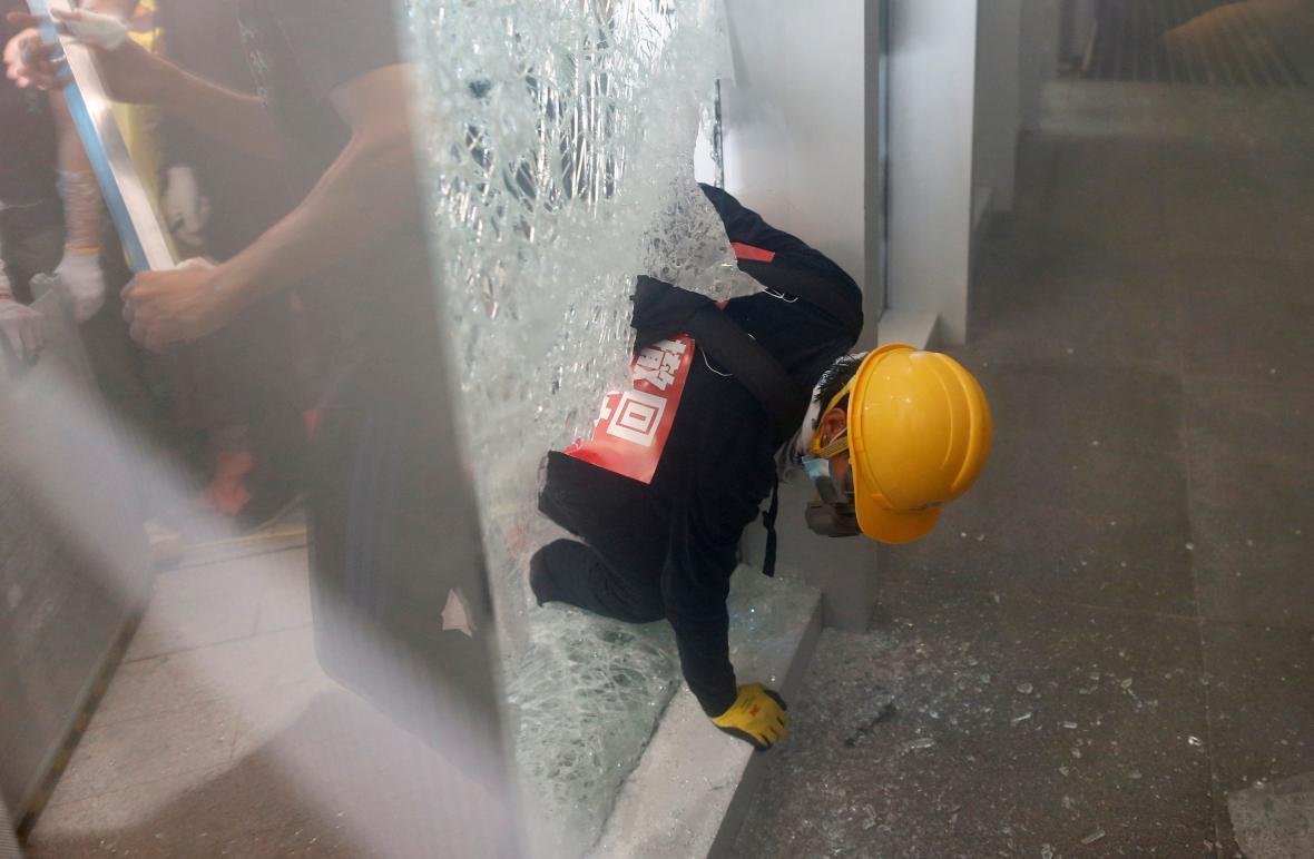 Protestující obyvatelé Hongkongu násilím pronikli do místního parlamentu