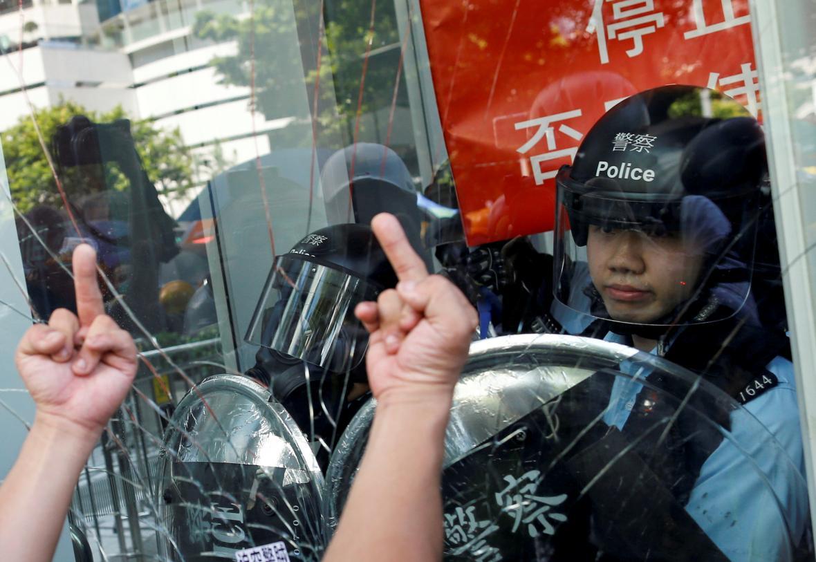 Protestující navzdory policejnímu zásahu vnikli do parlamentu